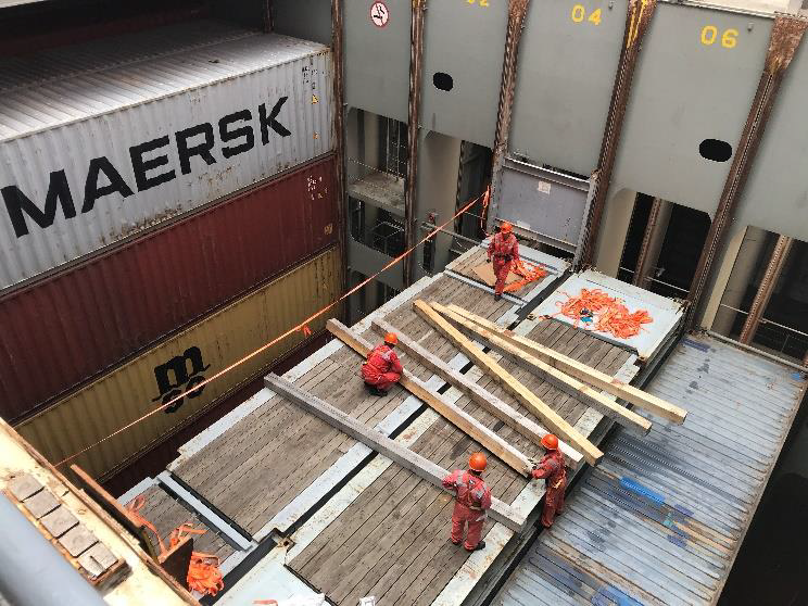 Two 40ft flat rack containers assembled. Dunnage, place wooden blocks on the assembled platform